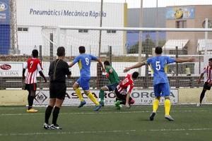 Momento en el que Zurbano logra el 1-0 (Fotos: deportesmenorca.com)