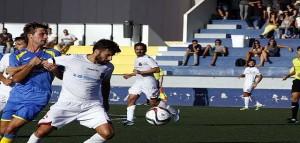 Carlos trata de robar ante Noceras (Fotos: deportesmenorca.com)