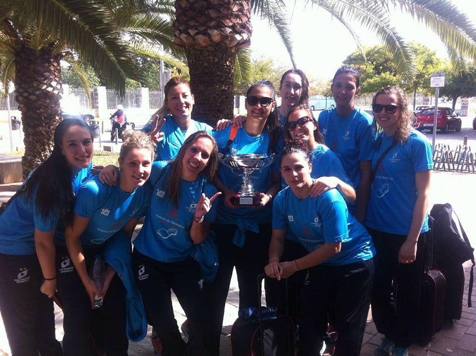 El equipo, con la copa. FOTO.- AM