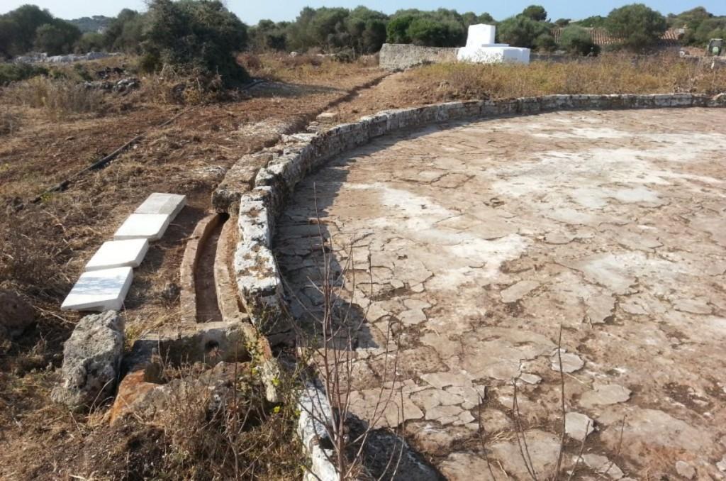 El aljibe aprovecha las aguas pluviales recogidas en una era. Foto: GOB-Menorca.