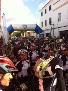 Buen ambiente en Es Migjorn en los momentos previos al inicio de la etapa. FOTO.- Ciclo21