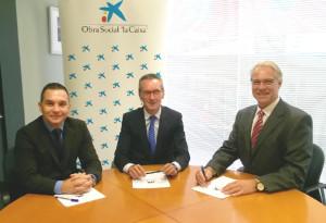 Firma del convenio entre los responsables de la Caixa y de Salvemos Sonrisas.