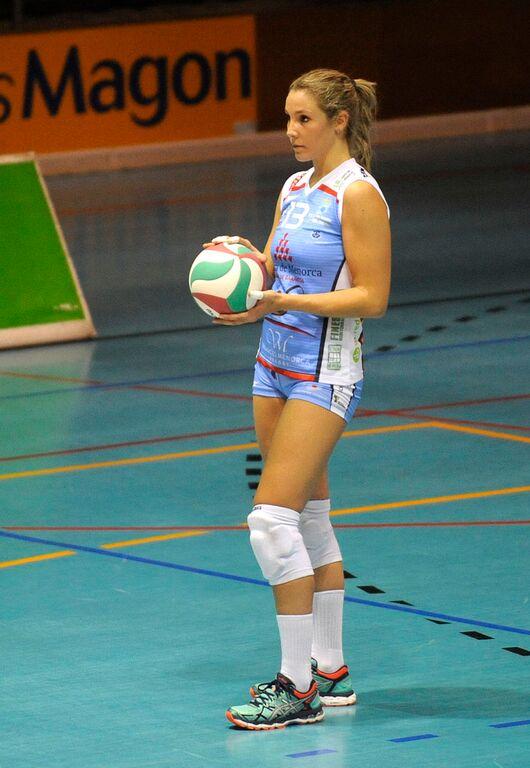 María Larrakoetxea al servicio (Foto: Tolo Mercadal)