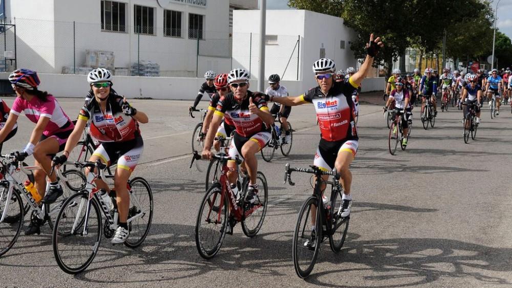 Ciclistas saludando tras la salida (Fotos: Tolo Mercadal)