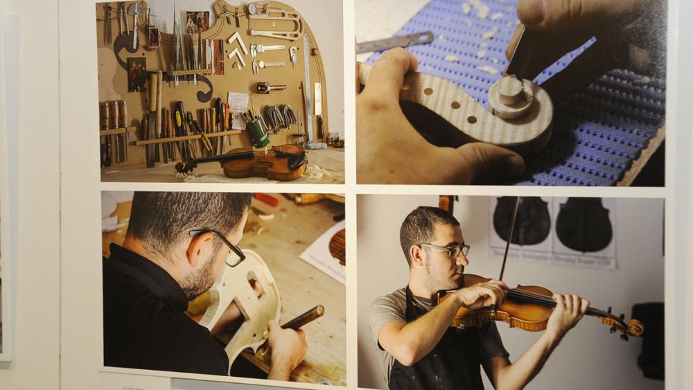 El oficio de lutier es uno de los fotografiados en la muestra. Fotos: Tolo Mercadal.