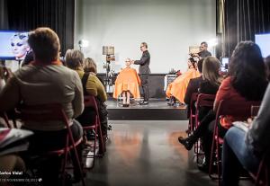 Carlos Vidal impartiendo un curso de peluquería en Nueva York.