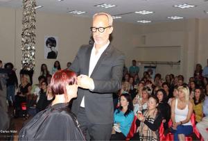 Carlos Vidal impartiendo un curso de peluquería en Moscú.