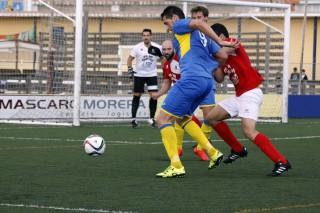 Zurbano protege el balón (Fotos. deportesmenorca.com)