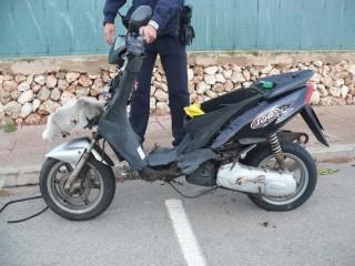 Un agente inspecciona la moto tras el accidente (Foto: Policía Local de Ciutadella)