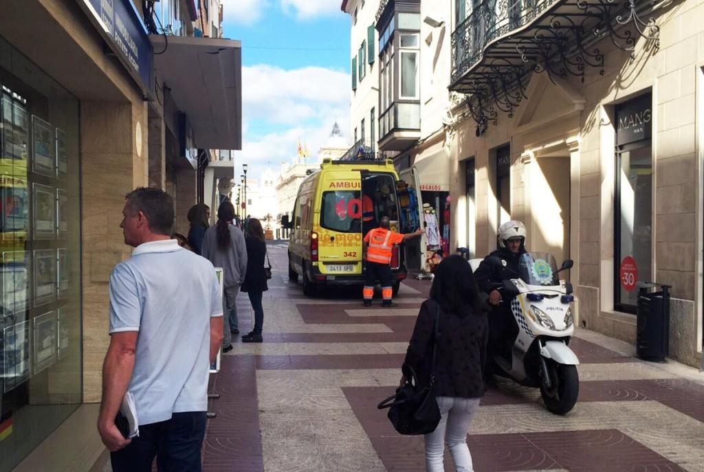 La ambulancia, en el lugar del suceso (Fotos: J. Torres)