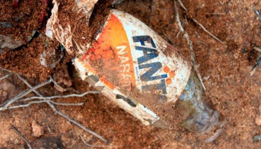 Botellín de vidrio de Fanta Naranja que caducaba en 1989 encontrado en la playa del Pilar. Foto: Alforí de Dalt.