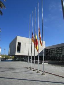 Banderas a media asta en el Consell.