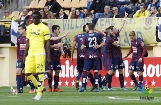 Los compañero felicitan a Sergi Enrich tras el gol (Fotos: laliga.es)