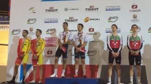 Los dos ciclistas españoles, en el podio.