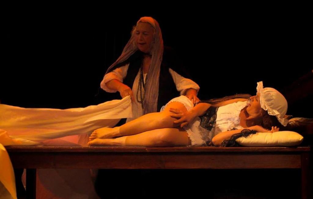 Imagen de uno de los ensayos de 'Celestina' en el Orfeó Maonès. Foto: Lluís Teixidó.
