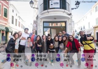 Fotografía 'de família' del final de la residència 'Illes d'Art' 2015, con los jóvenes artistas participantes y miembros de la organización y colaboradores. Foto: CactusSoup.