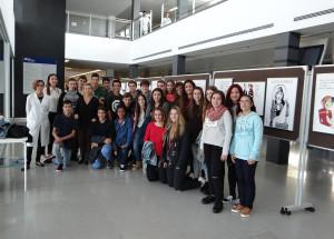 Los alumnos junto con a la exposición.