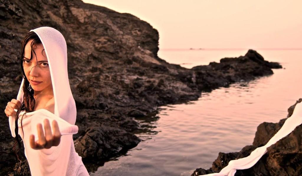 Enka Alonso es la única superviviente de Sodoma, una estatua de sal que vuelve a la vida. Foto: Compañía La Trup.