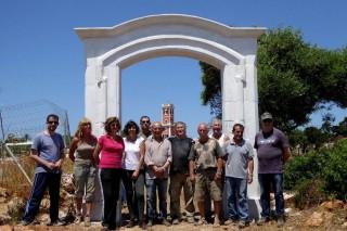 Voluntarios del proyecto GIBET de la Martí i Bella al finalizar la reposición de la puerta de Sa Vinyeta. Foto: Martí i Bella.