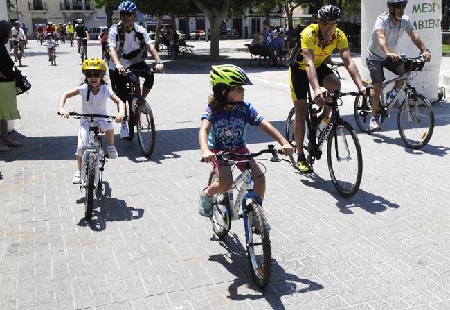 Imagen de una fiesta de la bicicleta de Menorca en la que participan familias