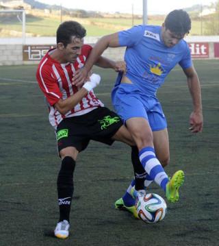 Víctor trata de alcanzar un balón ante un jugador del Binissalem.