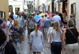Gente paseando por el centro de Maó.