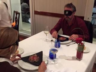 ¿Cómo se cena a ciegas?