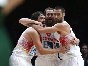Llull se abraza a Sergio Rodríguez y San Emeterio tras el triunfo ante Lituania.