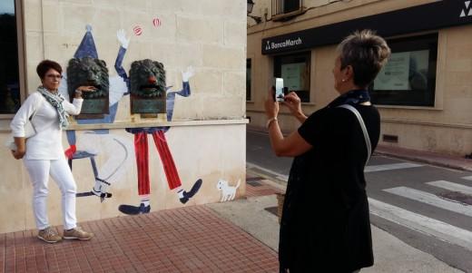 Turistas fotografiándose con los malabaristas circenses de Correos.
