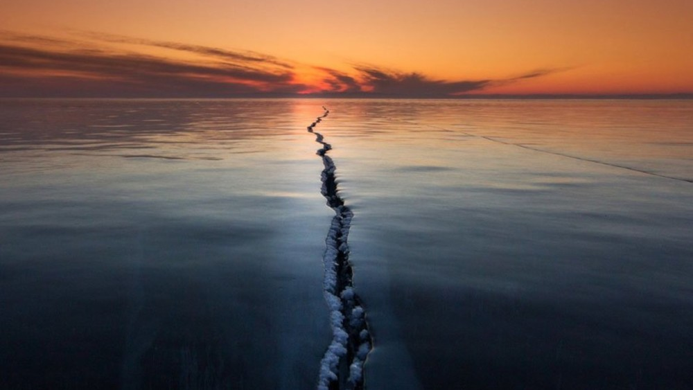 'Cracking the surface'. Lake Baikal (Siberia, Rusia). Foto: Alexey Trofimov.