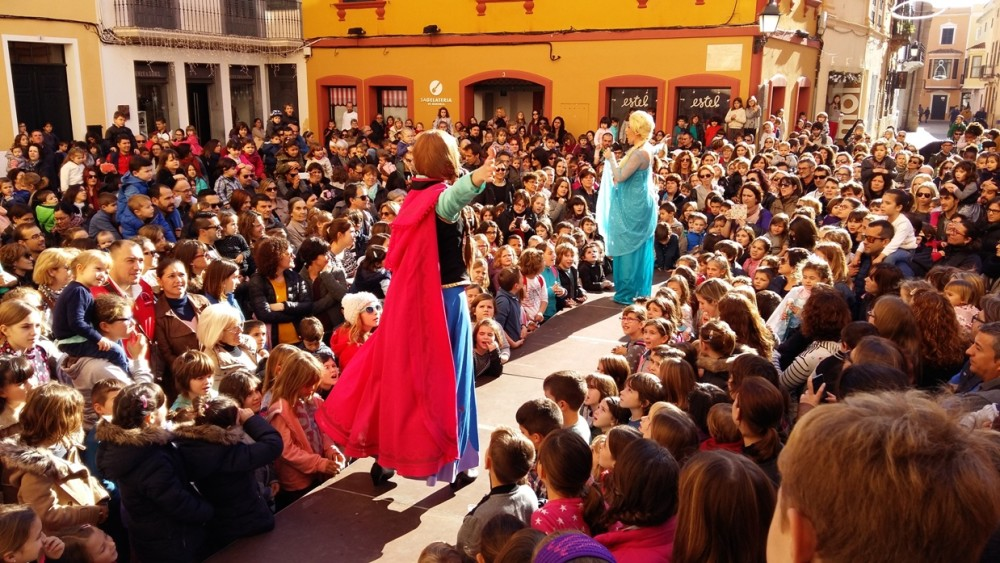 Las princesas Ana y Elsa de 'Frozen' han animada el antes y el después de las campanadas del mediodía.