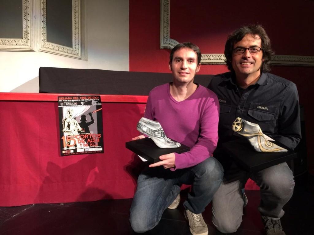 David Prats Juan (iz.) con su premio de la Muestra de Elda y junto al director del cortometraje 'Última sesión', Natxo Fuentes.