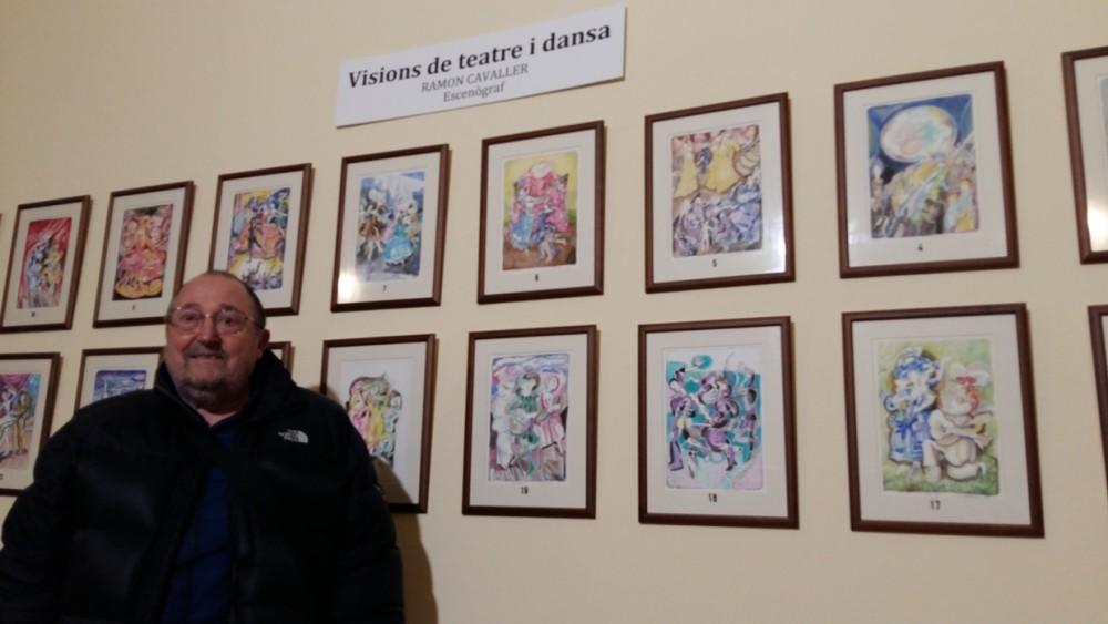 El escenógrafo menorquín Ramon Cavaller junto a algunas de sus acuarelas.