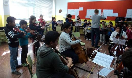 Ensayo de la orquesta del proyecto Cuatro Cuerdas. Foto: JJMM Maó.