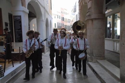 Actuación de Moby Dixie por las calles de Ciutadella durante la Trobada de Dixieland del último Menorca Jazz. Foto: Bernat Casasnovas.