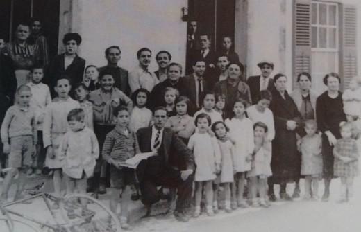 Recorte de la foto en la que algunas personas de las afortunadas con el Gordo posan ante el estanco de la calle del Roser. Foto: Arxiu Històric Municipal de Ciutadella.