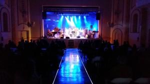 Unas 300 personas han asistido a la primera actuación abierta al público en general del teatro de Calós tras las obras.