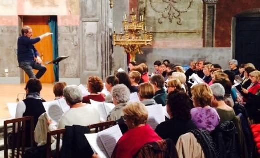 Enrique Azurza ensayando con el coro a mediados de noviembre, cuando realizaron su primer ensayo conjunto. Foto: Joventuts Musicals.