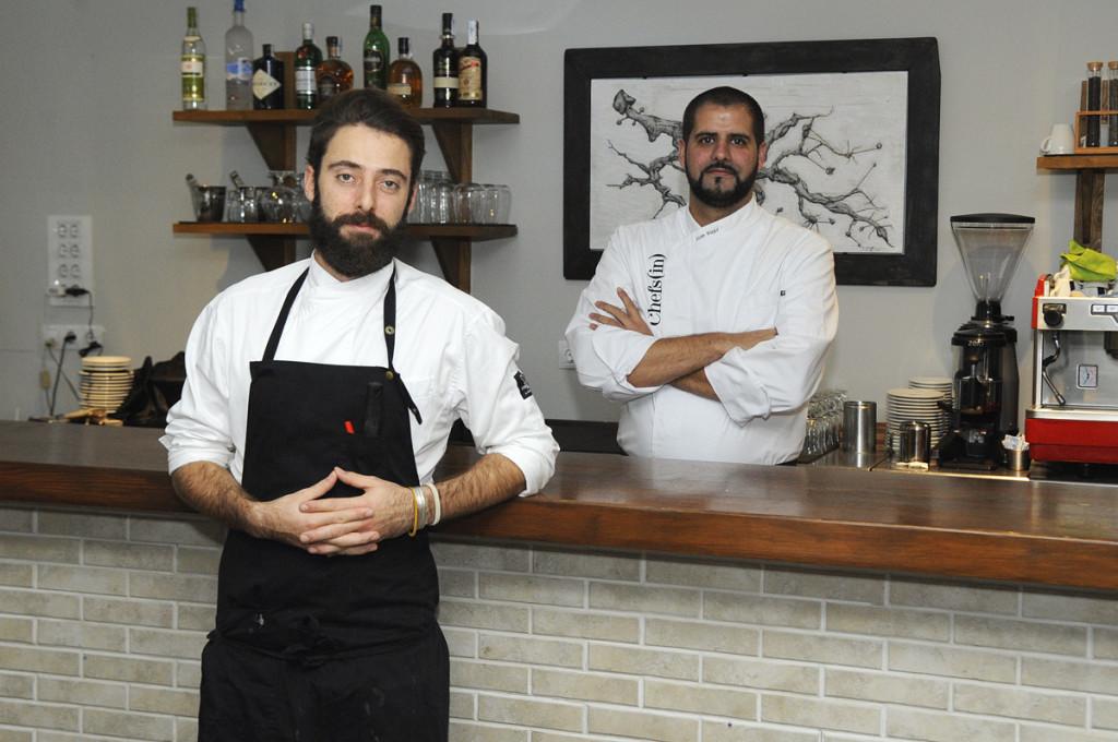 Los chefs Antoni Taltavull (izquierda) y Joan Bagur, en su restaurante y con el cuadro 'Rels' al fondo. Foto: Tolo Mercadal.