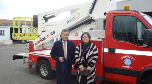 Joan Gual de Torrella y Cristina Gómez, junto al camión.