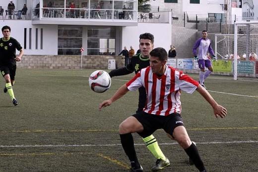 Robert protege el balón ante un jugador del Soledad (Fotos: deportesmenorca.com)