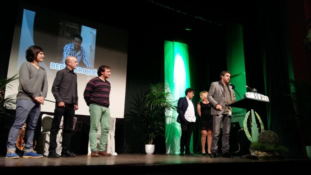 Bep Marquès ganó el fabiol de plata en la modalidad cultural y lo recogió junto a sus músicos Nasi Comellas y Toni Bosch.