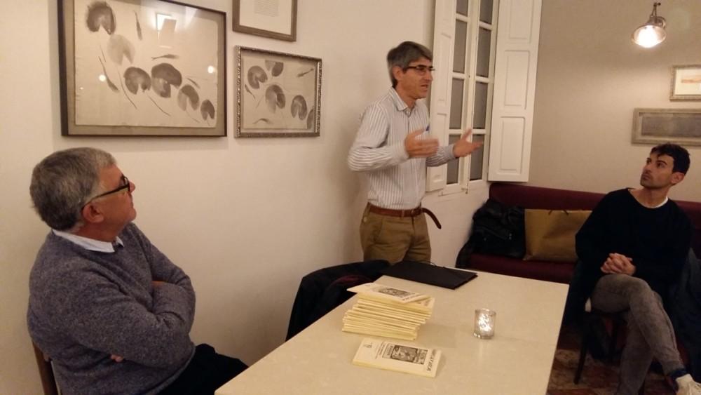 Alfons Méndez, autor del Quadern de Folklore dedicado al gin de Menorca, en un momento de la presentación.