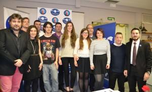 Algunos miembros del jurado junto a los premiados y algunos de los participantes en el concurso.