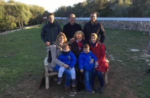 Deborah Hellyer con su familia y Carlos Coll. Foto: Iglesia Anglicana de Menorca.