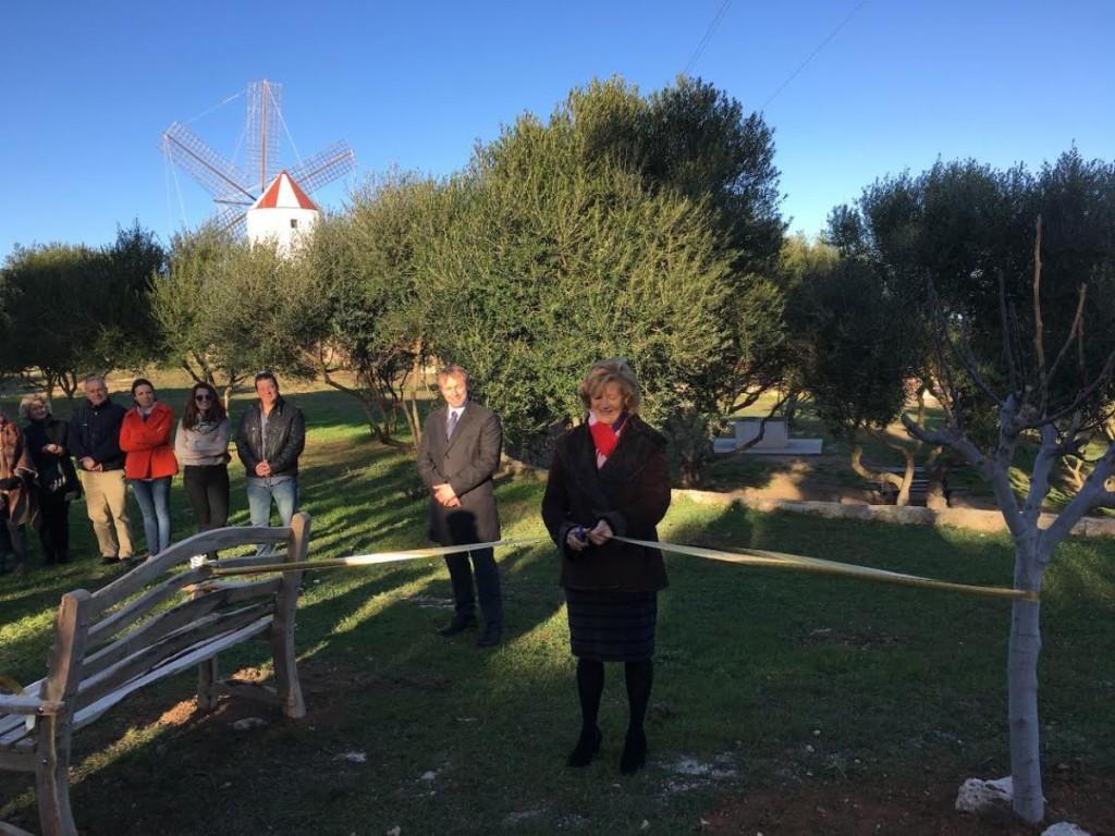 Deborah Hellyer cortando la cinta durante el homenaje. Foto: Iglesia Anglicana de Menorca.