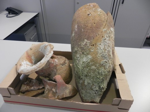 Fragmentos de ánforas púnica y romana decomisadas por Seprona en Maó. Foto: CIM.