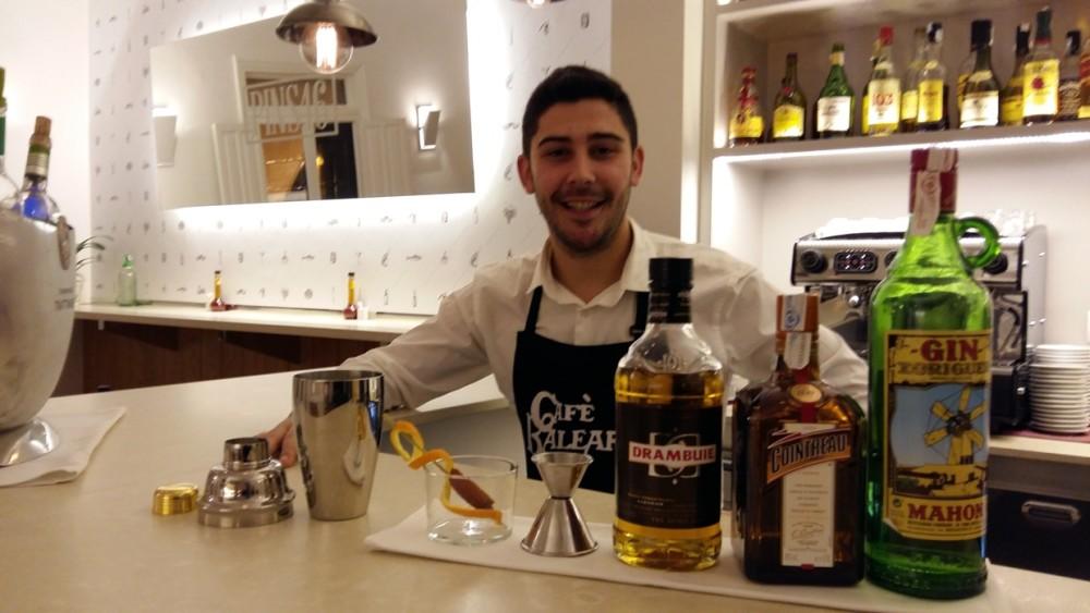 Francesc Caules antes de preparar su cóctel 'Tres Tocs'.