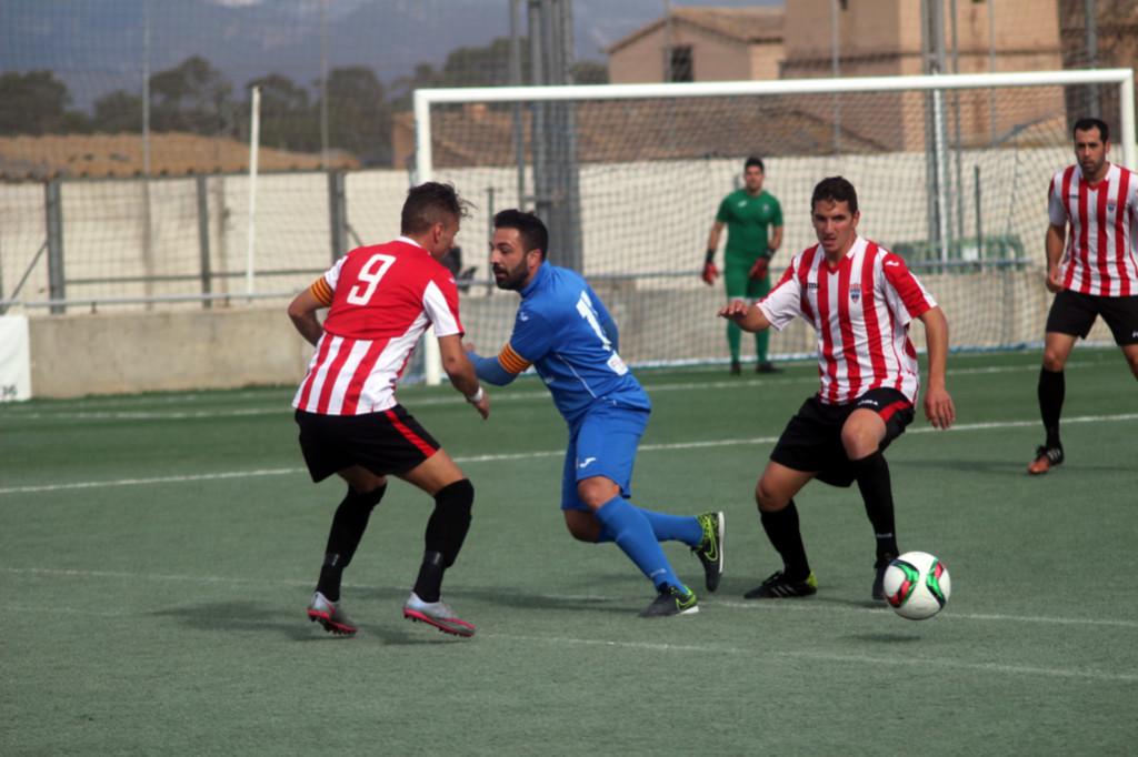Lacueva y Robert presionan a un rival (Fotos: futbolbalear.es)