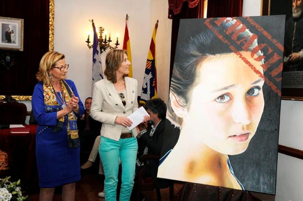 La hermana de Xavi Timoner, en su nombre, recogió en 2015 el Premi de Pintura Ciutat d'Alaior por 'Fràgil'. Foto: Tolo Mercadal.